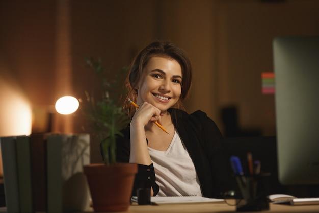 Portret van een jonge vrouw die werkt in office