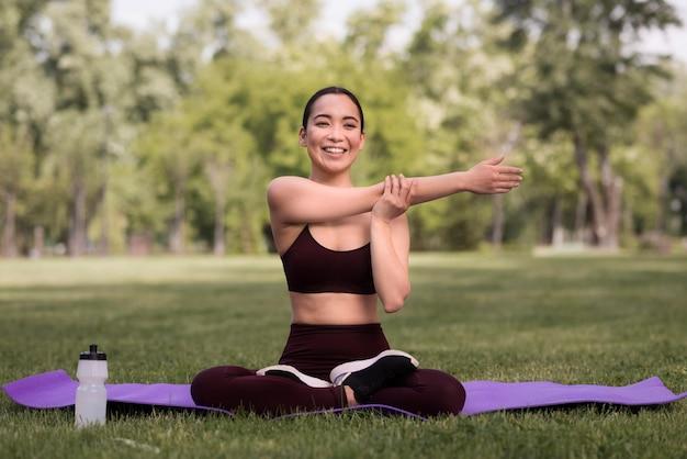 Portret van een jonge vrouw die yoga uitoefent
