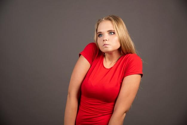 Portret van een jonge vrouw die zich voordeed in het donker.