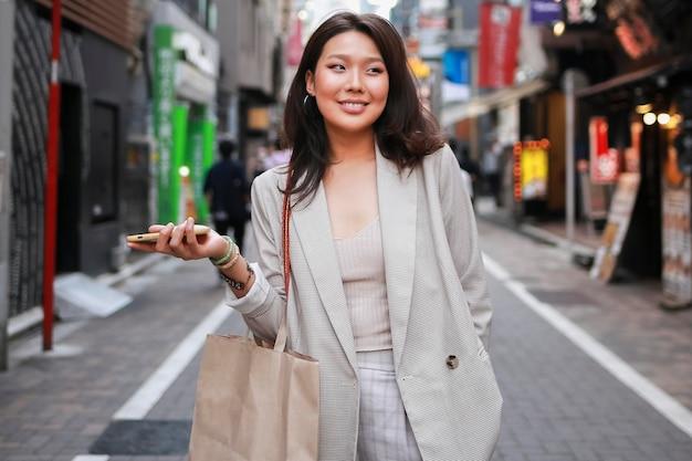 Portret van een jonge vrouw die zich voordeed op straat