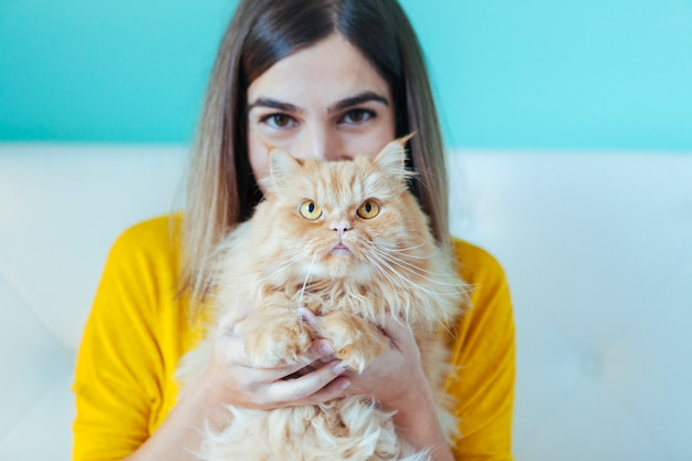 Portret van een jonge vrouw en een gezonde kat