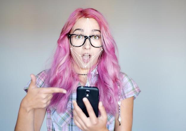 Portret van een jonge vrouw en gezichtsherkenningssysteem