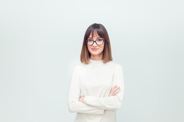 Portret van een jonge vrouw in brillen op wit