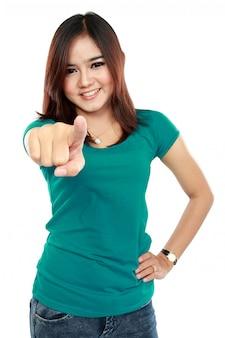 Portret van een jonge vrouw in casual kleding wijzend op je