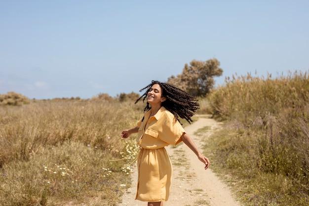 Portret van een jonge vrouw in de natuur