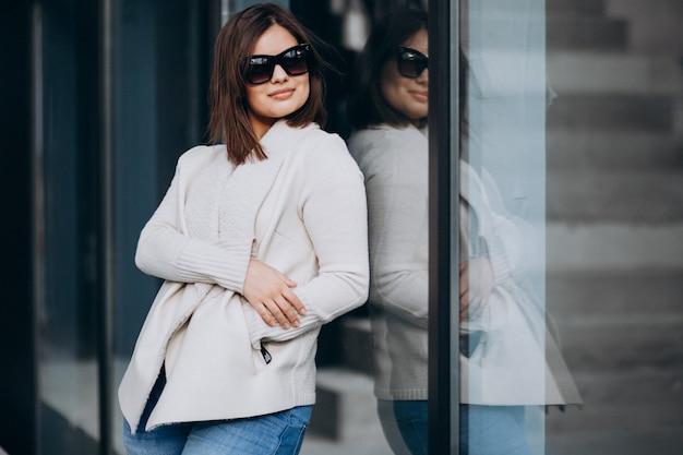 Portret van een jonge vrouw in de stad