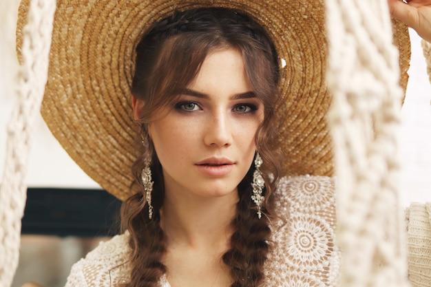 Portret van een jonge vrouw in de stijl van boho
