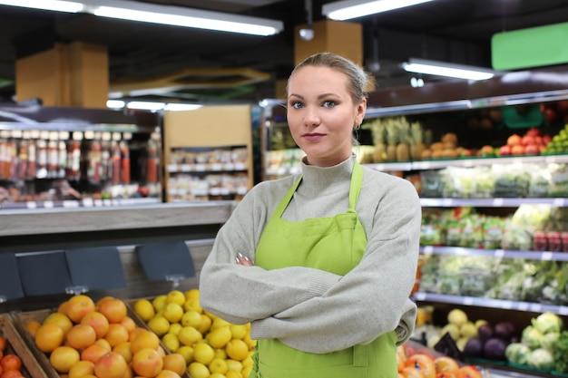 Portret van een jonge vrouw in de winkel. eigenaar van een klein bedrijf