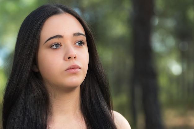 Portret van een jonge vrouw in een bos