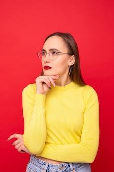 Portret van een jonge vrouw in een gele jas