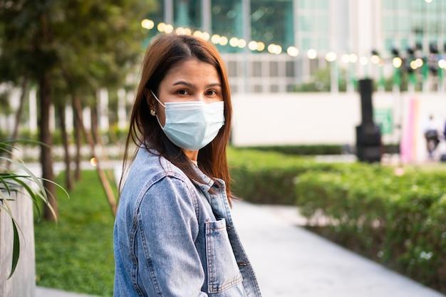 Portret van een jonge vrouw in een medisch masker voor bescherming tegen het coronavirus covid 19