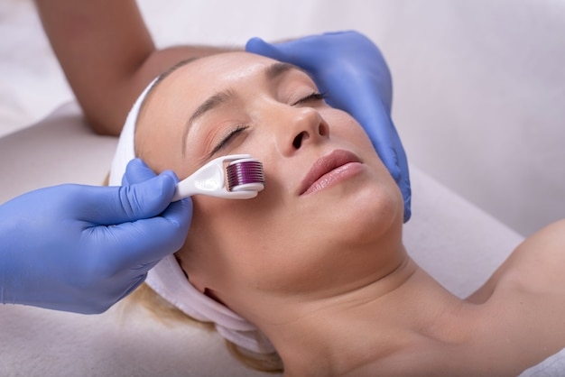 Portret van een jonge vrouw in een schoonheidssalon tijdens een mesotherapieprocedure