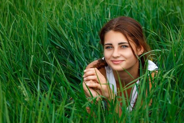 Portret van een jonge vrouw in groen gras