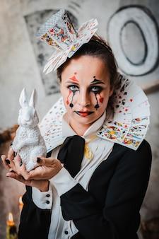Portret van een jonge vrouw in hartenkoningin-kostuum met kaartkraag