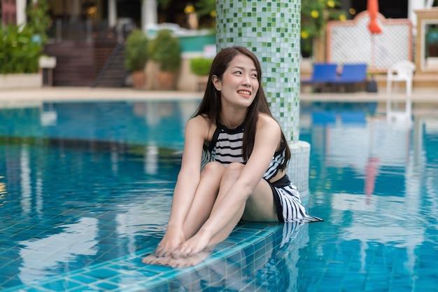 Portret van een jonge vrouw in het zwembad