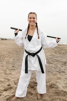 Portret van een jonge vrouw in karate outfit