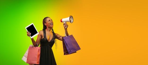 Portret van een jonge vrouw in neonlicht op achtergrondkleur met kleurovergang