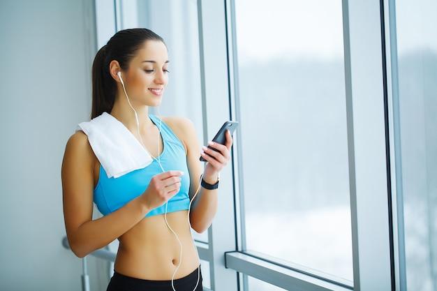Portret van een jonge vrouw in sportkleding, fitness oefening doet.