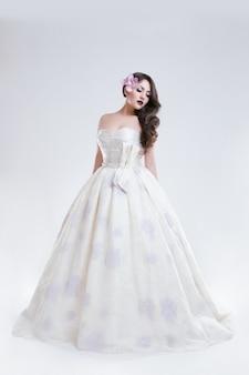 Portret van een jonge vrouw in trouwjurk