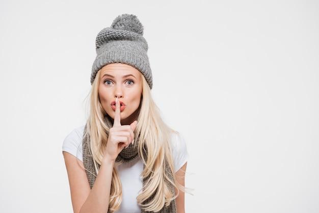 Portret van een jonge vrouw in winter muts en sjaal