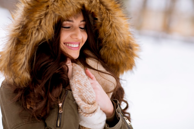 Portret van een jonge vrouw in winter park