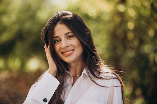 Portret van een jonge vrouw in wit overhemd