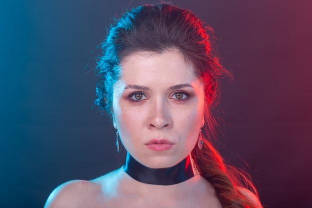 Portret van een jonge vrouw in zwarte kraag