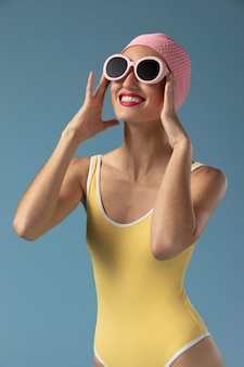 Portret van een jonge vrouw in zwembroek in de studio