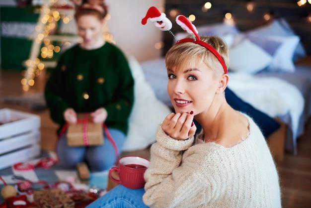 Portret van een jonge vrouw kersttijd doorbrengen in de slaapkamer