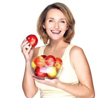 Portret van een jonge vrouw met appels - die op wit wordt geïsoleerd.