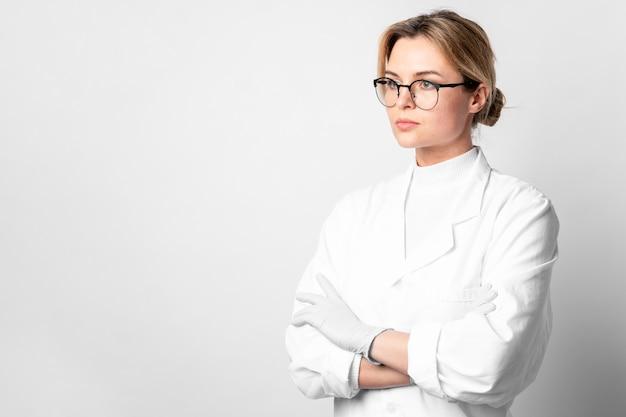 Portret van een jonge vrouw met armen kruisen