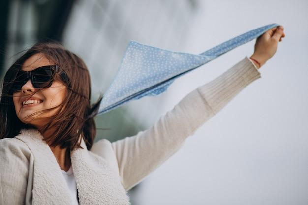 Portret van een jonge vrouw met blauwe sjaal