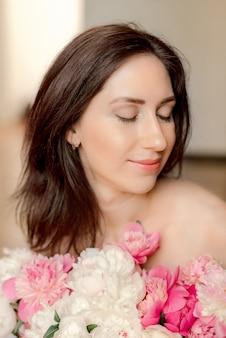 Portret van een jonge vrouw met bloemen
