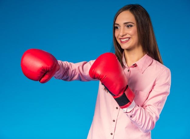 Portret van een jonge vrouw met bokshandschoen.