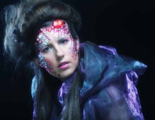 Portret van een jonge vrouw met creatief gezicht, halloween-afbeelding