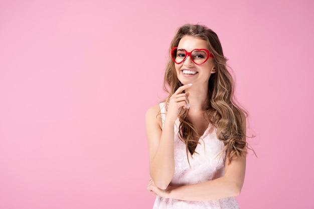 Portret van een jonge vrouw met een bril