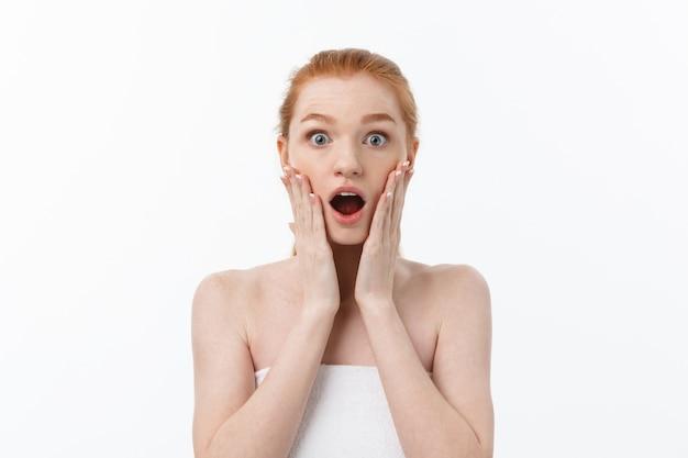 Portret van een jonge vrouw met een geschokte gezichtsuitdrukking