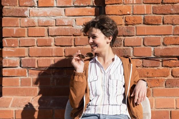 Portret van een jonge vrouw met een kort kapsel