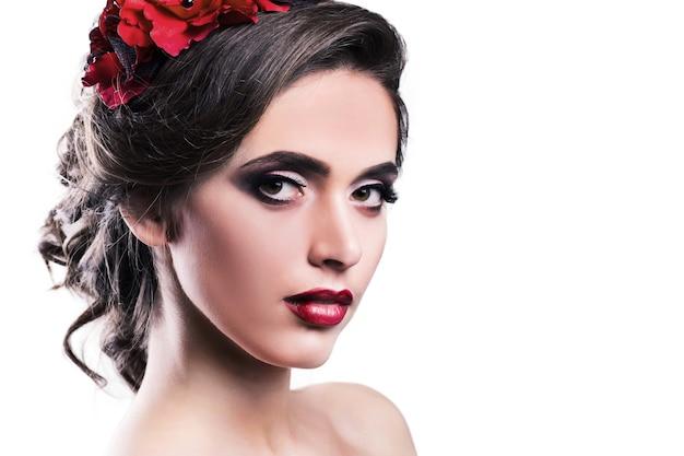 Portret van een jonge vrouw met een rood haarspeldje in het haar