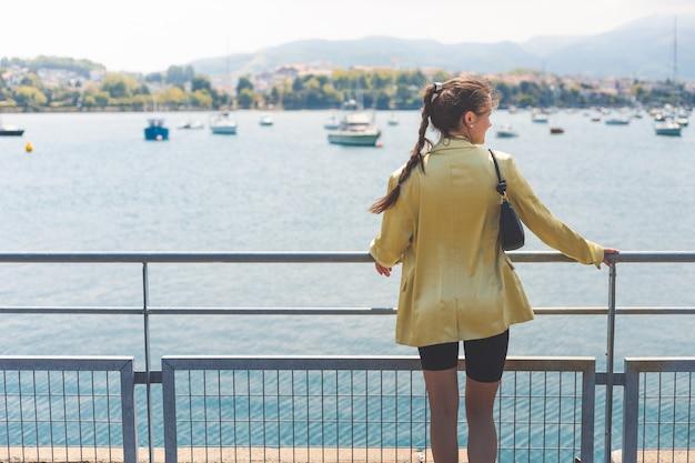 Portret van een jonge vrouw met elegante zomerkleren
