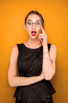 Portret van een jonge vrouw met geschokte gelaatsuitdrukking