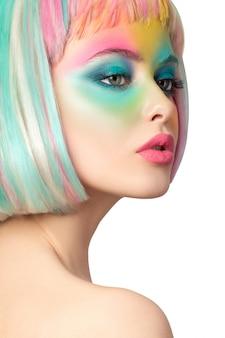 Portret van een jonge vrouw met grappige regenboog gekleurde samenstelling