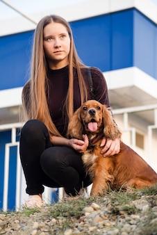 Portret van een jonge vrouw met haar hond