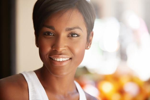 Portret van een jonge vrouw met kort haar