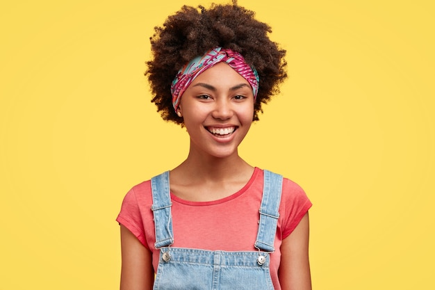 Portret van een jonge vrouw met krullend haar