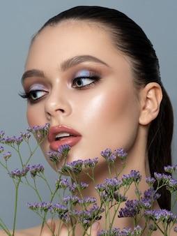 Portret van een jonge vrouw met mooie make-up. jeugd make-up, huidverzorging, lente of zomer concept.