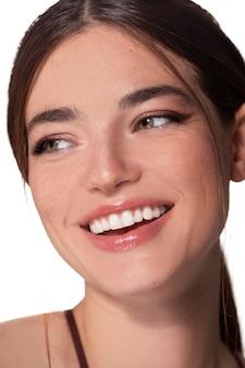 Portret van een jonge vrouw met natuurlijke make-up