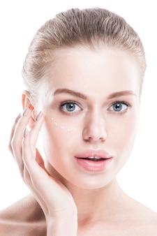 Portret van een jonge vrouw met perfecte huid en grote lippen hand in hand in de buurt van gezicht