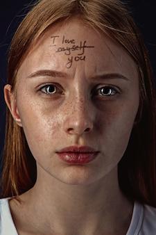 Portret van een jonge vrouw met psychische problemen