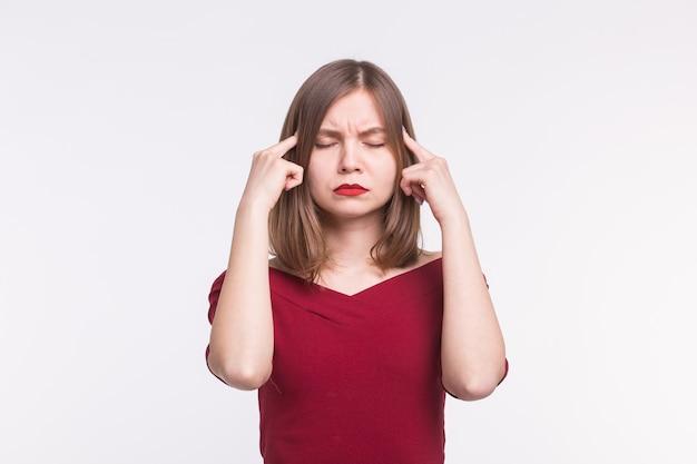 Portret van een jonge vrouw met rode lippen die haar hersenen belast
